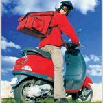 Livreur de pizza a scooter avec sac a dos de livraison isotherme ou chauffant